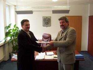 Podpisanie pierwszej umowy sponsorskiej z Zakładami Azotowymi 'Puławy' SA w 2003 roku. Uścisk dłoni Jerzego Witaszka i Zygmunta Kwiatkowskiego, ówczesnego Prezesa ZA 'Puławy SA